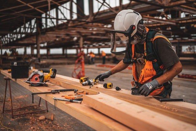 obrero de construcción de casas