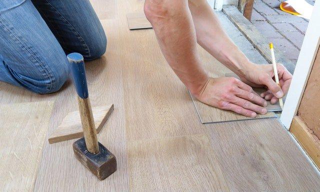 hombre hace mediciones durante remodelación de casas