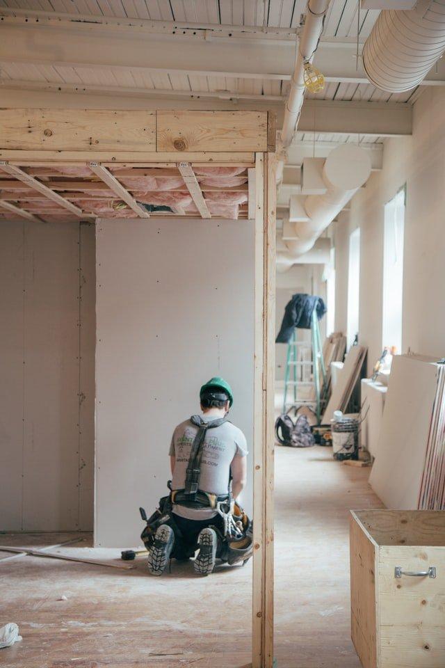 hombre trabajando en remodelación de casas