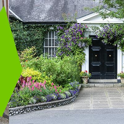 Erisa-29 ideas para jardines pequeños-1-Jardines con elementos llamativos en los bordes
