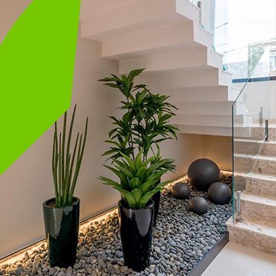 Erisa-29 ideas para jardines pequeños-9-Jardines debajo de las escaleras